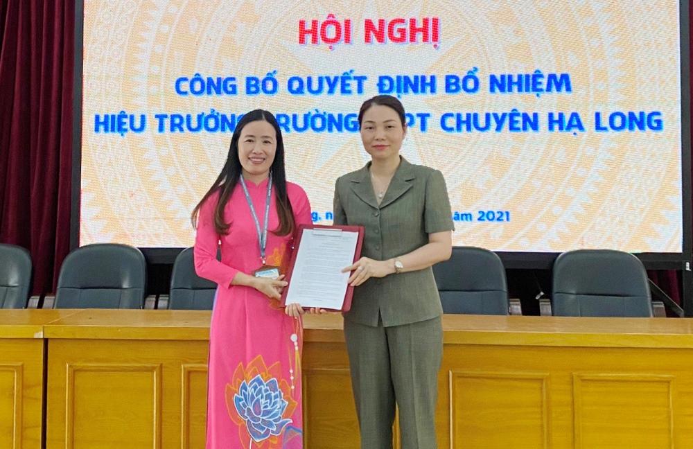 Giám đốc Sở Giáo dục và Đào tạo Quảng Ninh Nguyễn Thị Thúy trao quyết định bổ nhiệm chức vụ Hiệu trưởng Trường THPT chuyên Hạ Long cho bà Đỗ Thị Diệu Thúy. Ảnh: Lan Anh