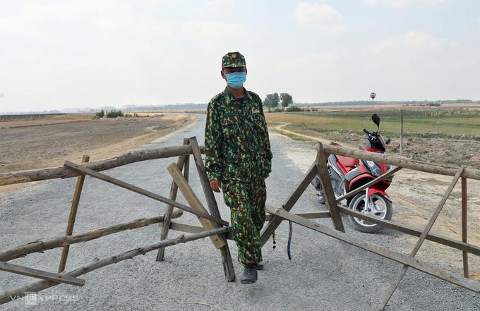 Một lối qua lại với Campuchia ở huyện Bến Cầu (Tây Ninh) đã bị đóng, được lực lượng biên phòng canh giữ, tháng 3/2020. Ảnh: Hữu Khoa
