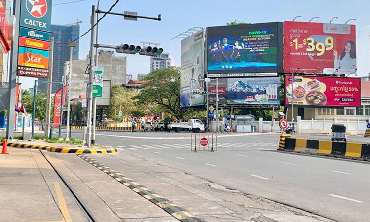 Thủ đô Phnom Penh vắng vẻ trong ngày đầu phong tỏa hôm 15/4. Ảnh: KT.