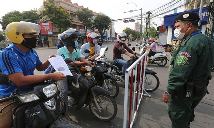 Một chốt kiểm tra phòng dịch ở thủ đô Phnom Penh ngày 15/4. Ảnh: KT.