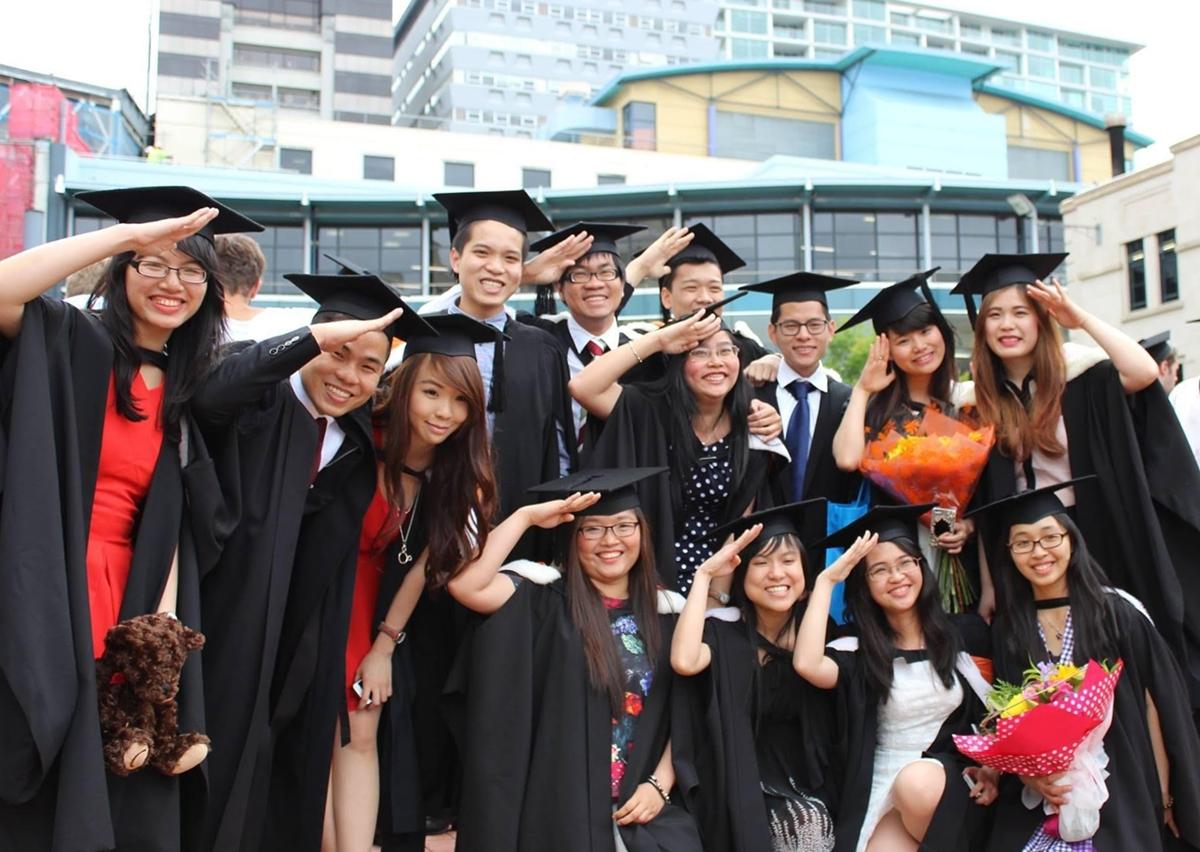 Chị Vinh (đeo kính, hàng đầu tiên) trong ngày tốt nghiệp đại học. Ảnh: Nhân vật cung cấp