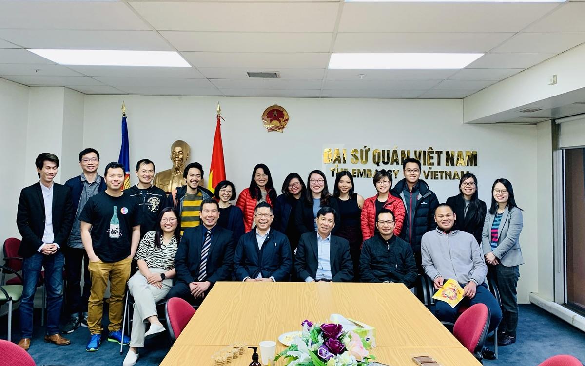 Chị Vinh (hàng đầu tiên) trong ngày ra mắt Hội Viet – Kiwi Tech & Digital chi nhánh Wellington, tổ chức giúp đỡ và phát triển cộng đồng người Việt tại New Zealand. Ảnh: Nhân vật cung cấp