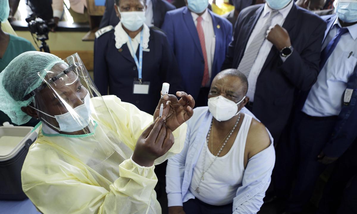Phó tổng thống Zimbabwe Constatino Chiwenga chuẩn bị tiêm vaccine ngừa Covid-19 tại thủ đô Harare hôm 18/2. Ảnh: AP.