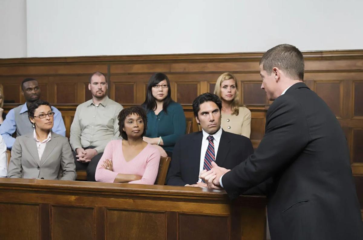 Luật sư thông thường sẽ không được đứng sát bồi thẩm đoàn như trong ảnh. Ảnh: Zuckerman Law.
