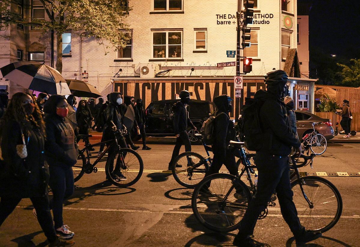 Người biểu tình tuần hành ở thủ đô Washington DC hôm 16/4. Ảnh: Reuters