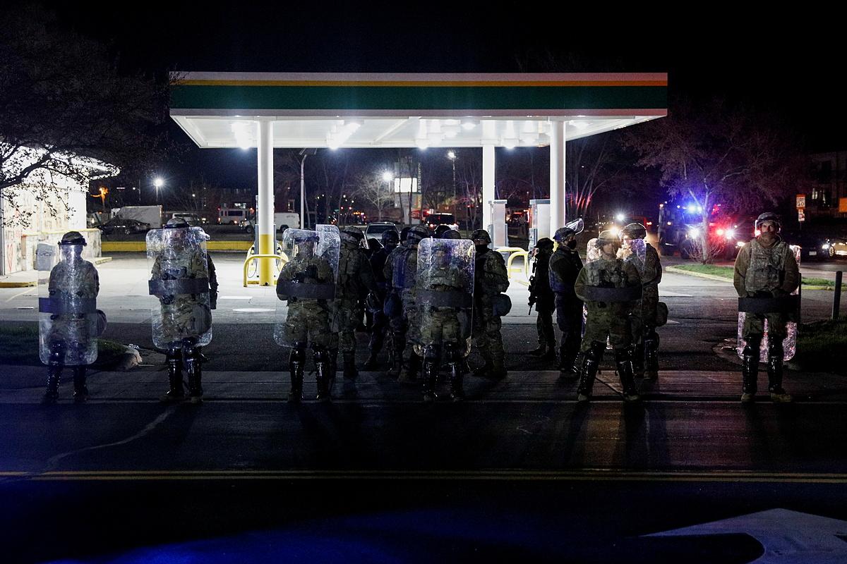 Lực lượng an ninh đứng gác gần trụ sở cảnh sát Brooklyn Center hôm 16/4. Ảnh: Reuters