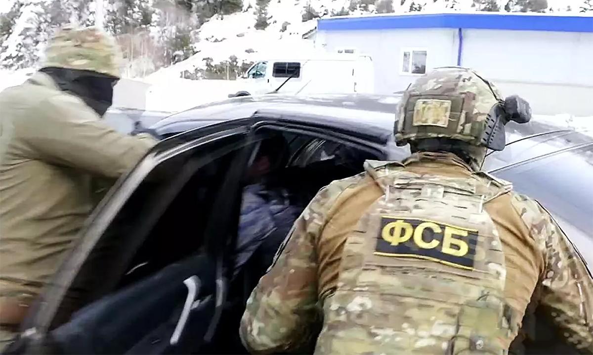 Nhân viên an ninh Nga trong một cuộc đột kích cơ sở sản xuất vũ khí trái phép ngày 12/3. Ảnh: FSB.