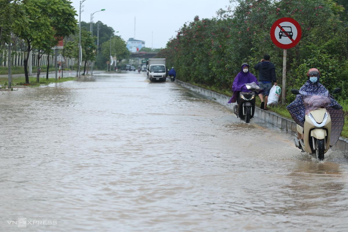 Đại lộ Thăng Long ngập nặng sau trận mưa sáng 17/4. Ảnh: Gia Chính