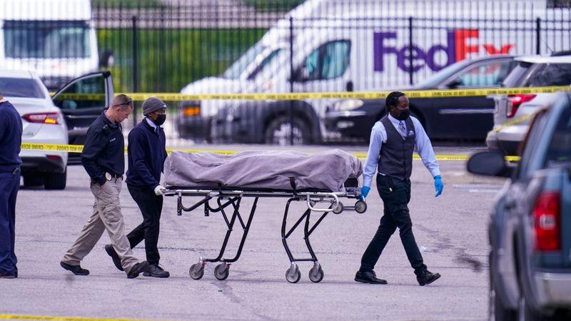 Các nhà chức trách đưa thi thể một nạn nhân trong vụ xả súng tại cơ sở của FedEx hôm 16/4 ra ngoài. Ảnh: AP