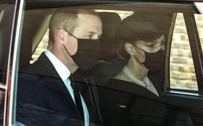 Vợ chồng Hoàng tử William - Kate ngồi trên xe tới nhà nguyện St. George.