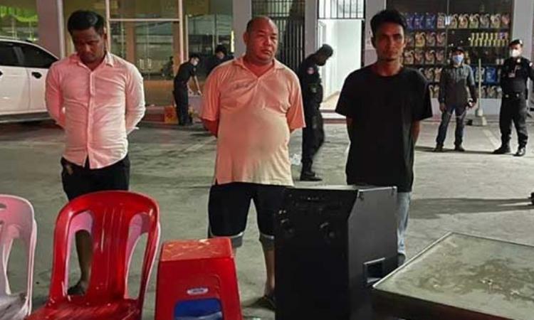 Thiếu tướng Ong Chanthuok (giữa) và hai nghi phạm bị bắt ở quận Meanchey, Phnom Penh, đêm 16/4. Ảnh: Khmer Times.