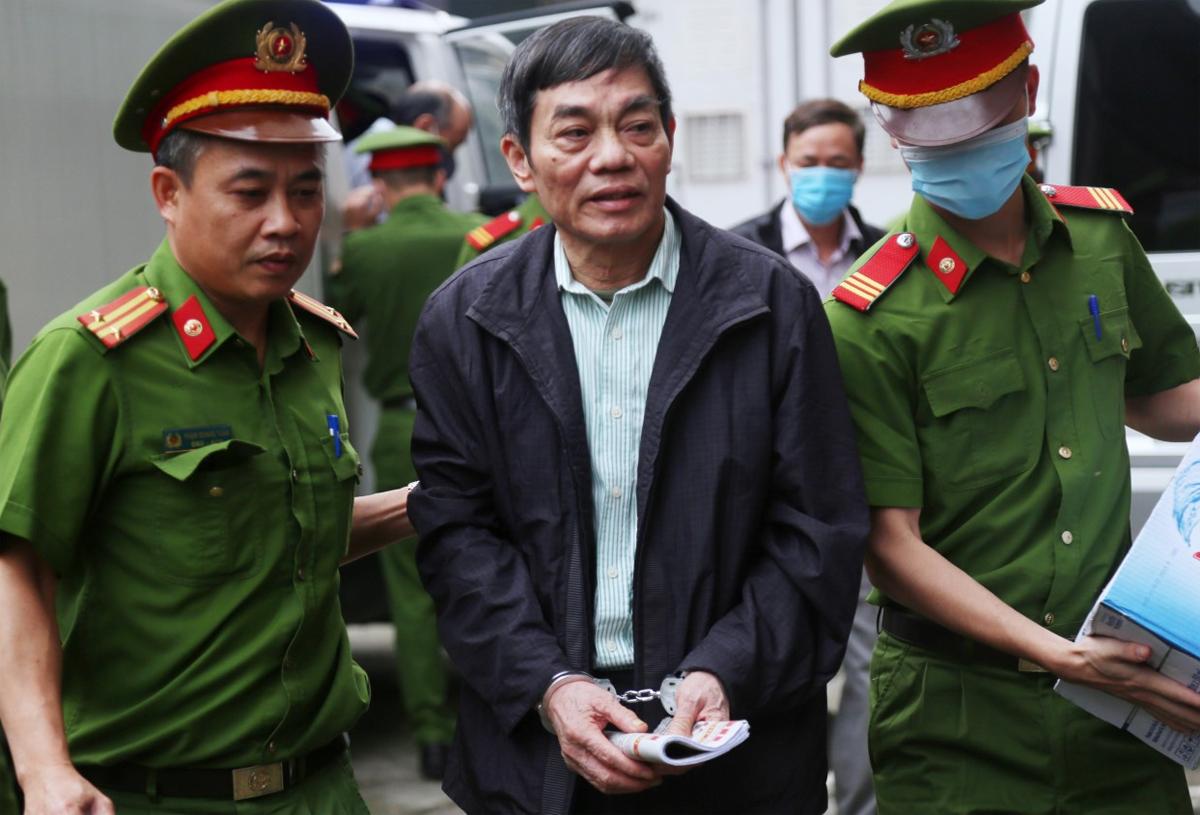 Cựu chủ tich HĐQT Tổng công ty thép Việt Nam, mai Văn Tinh hầu toà trong phiên khai mạc sáng 12/4. Ảnh: Phạm Dự