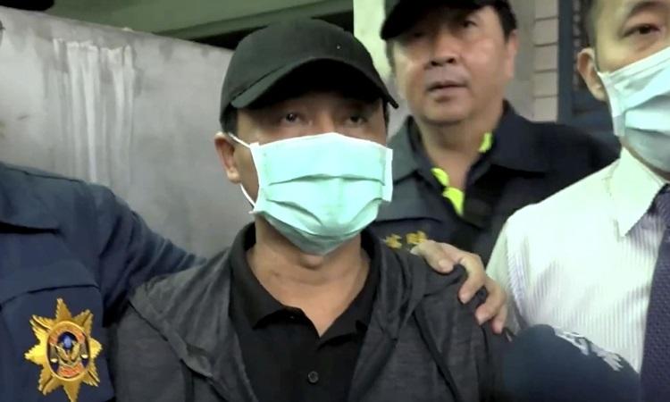 Nghi phạm Li Yi-hsiang bị cảnh sát áp giải tại huyện Hoa Liên, Đài Loan hôm 4/4. Ảnh: AP.
