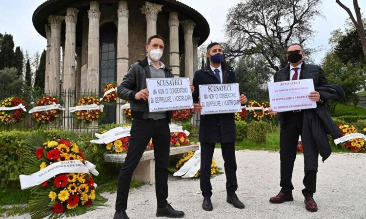 Nhân viên nhà tang lễ biểu tình tại Đền thờ Hercules ở Rome, Italy hôm 16/4. Ảnh: AFP.