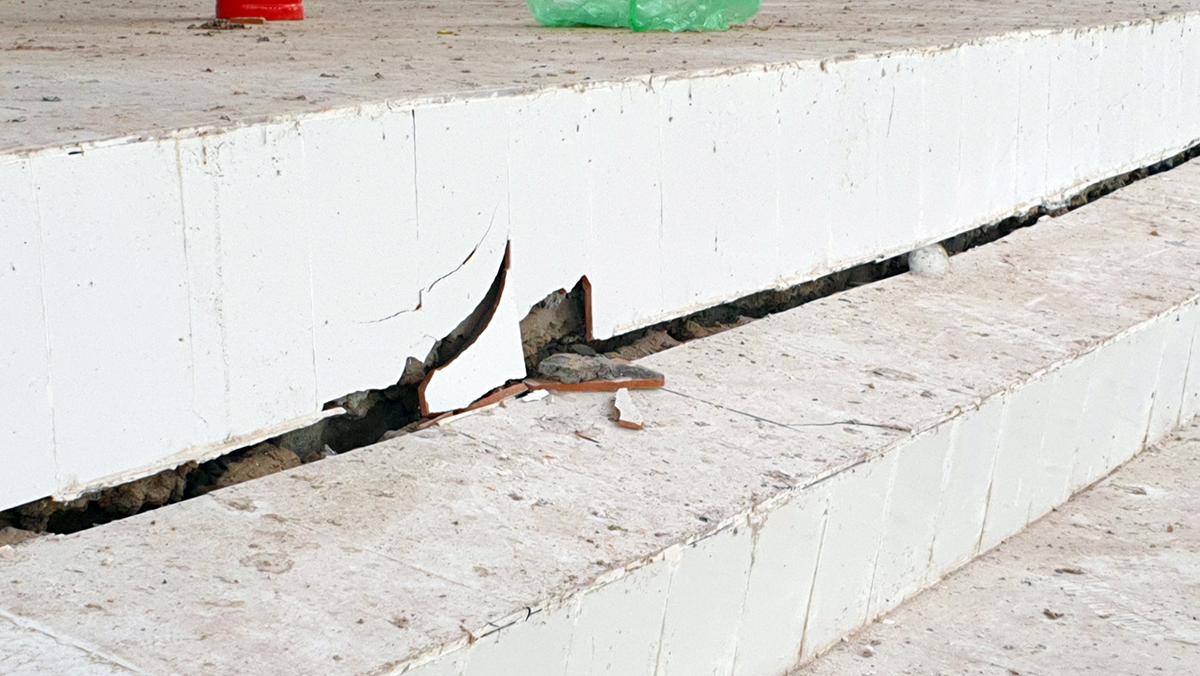 Vết nứt kéo dài do sụp lún tại khu vực nhà thi đấu của trung tâm. Ảnh: Anh Kiệt