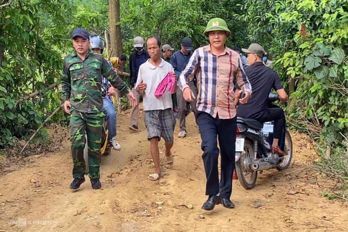 Ông Dục (thứ 2 từ trái) bị bắt sau 6 ngày bỏ trốn. Ảnh: Quang Hà