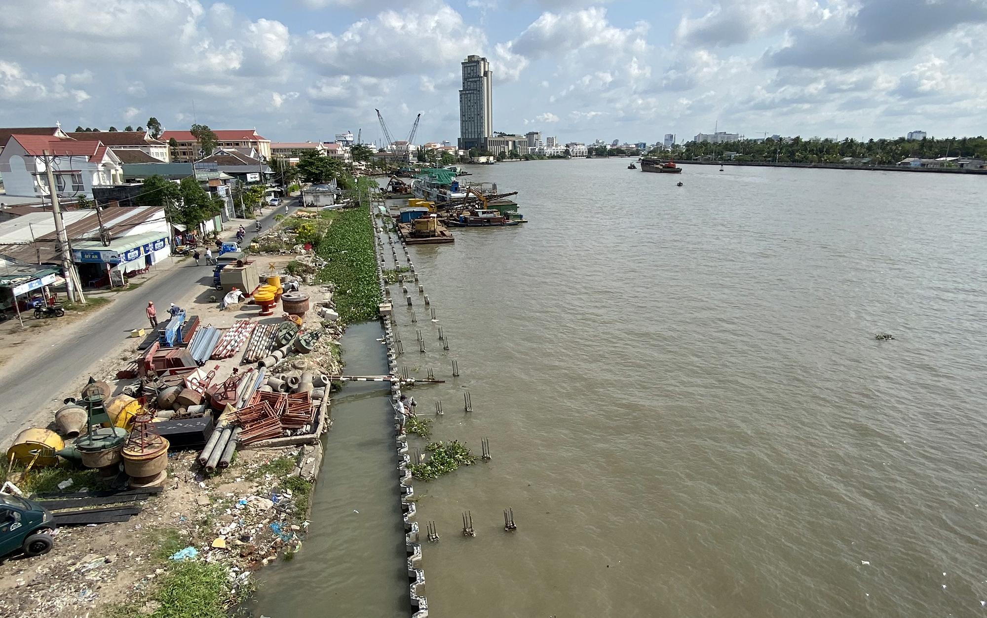Kè sông Cần Thơ dài hơn 6 km, có vốn đầu tư 750 tỷ đồng sau nhiều năm xây dựng. Ảnh: Cửu Long
