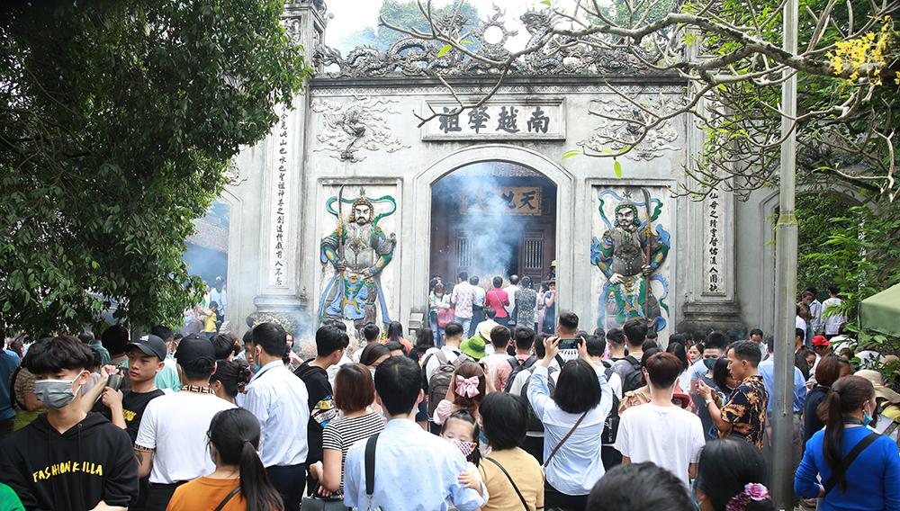 Du khách đổ về đền Hùng làm lễ dâng hương, ngày 18/4. Ảnh: Báo Phú Thọ