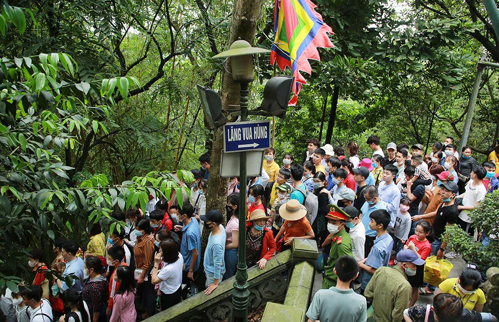 Lúc cao điểm, đường lên núi Nghĩa Lĩnh trong khu di tích đền Hùng đông kín người. Ảnh: Báo Phú Thọ