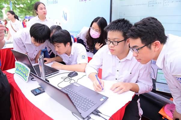 Sau giờ học căng thẳng, học sinh vẫn hứng thú với những bài toán trên VioEdu, tại sự kiện ngày hội Công nghệ thoongn tin 14/4 vừa qua.
