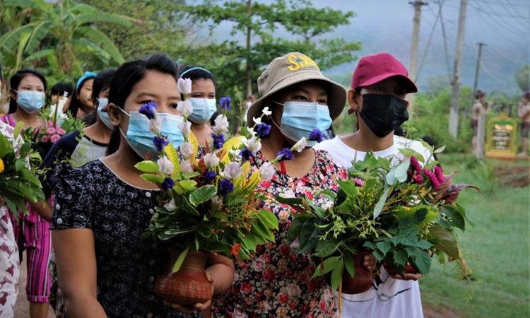 Người Myanmar biểu tình im lặng ở Dawei hôm 14/4. Ảnh: AFP.