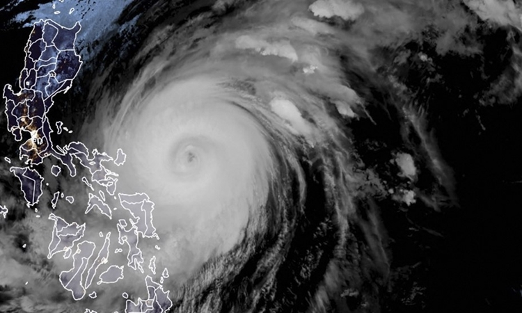 Bão Surigae di chuyển ngoài khơi bờ biển phía đông Philippines hôm 18/4. Ảnh: AFP.