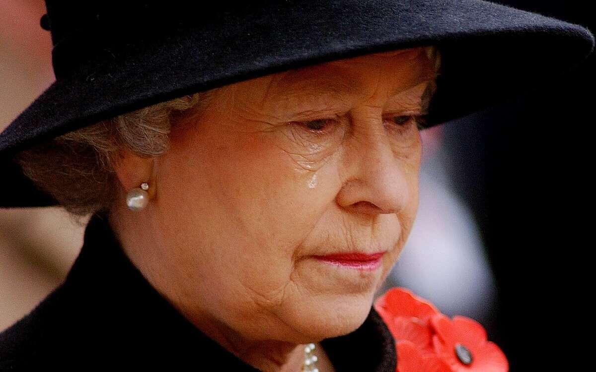 Nữ hoàng Elizabeth rơi nước mắt trong Ngày Tưởng niệm 2002. Ảnh: Telegraph.