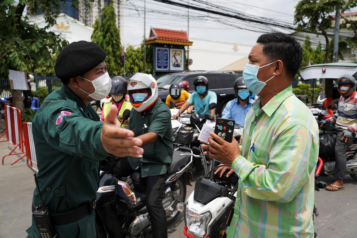 Cảnh sát chặn phương tiện giao thông ở Phnom Penh để kiểm tra giấy thông hành vào ngày 16/4. Ảnh: Reuters.