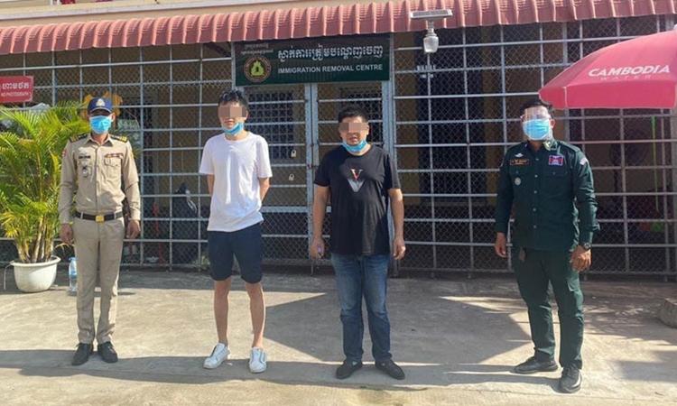 Hai du khách Trung Quốc Li Chang Qing và Wang You Shi (giữa) bị bắt ở tỉnh Kampot, Campuchia. Ảnh: Fresh News.