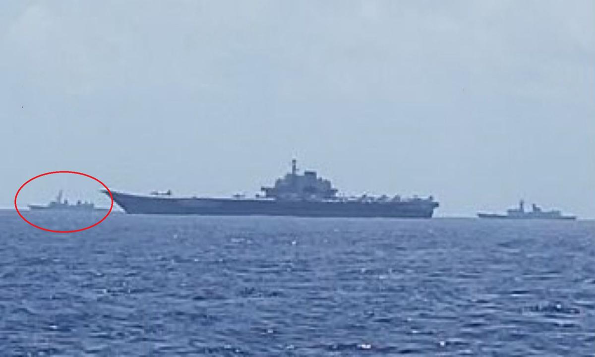 Chiến hạm Nhật Bản (khoanh tròn màu đỏ) di chuyển gần tàu sân bay Liêu Ninh (giữa) và hộ vệ hạm Type 054A (phía sau). Ảnh: Twitter/shiwenye3.