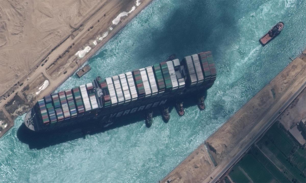 Tàu container Ever Given được kéo khỏi vị trí mắc cạn tại kênh đào Suez, ngày 29/3. Ảnh: Reuters.