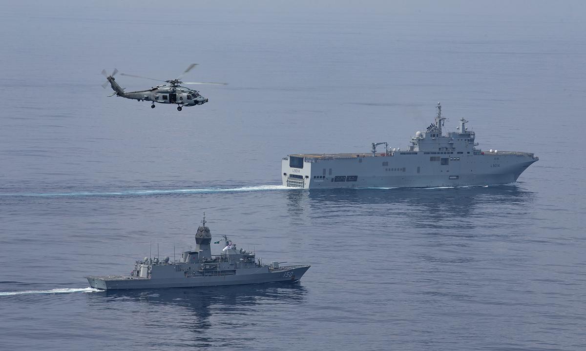 Trực thăng MH-60 và hộ vệ hạm HMAS Anzac của hải quân Australia (bên trái) diễn tập cùng tàu sân bay trực thăng Pháp FS Tonnerre tại vịnh Bengal ngày 7/4. Ảnh: US Navy.