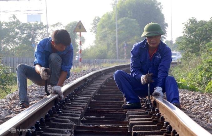 Công nhân bảo trì tuyến đường sắt Yên Viên - Lào Cai đoạn qua Phú Thọ. Ảnh: Bá Đô