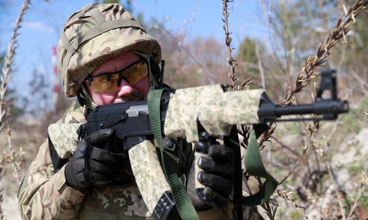 Lực lượng phòng vệ lãnh thổ Ukraine tập trận ở ngoại ô Kiev hôm 10/4. Ảnh: Reuters.