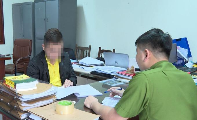 Cảnh sát làm việc với Sang hôm 9/4. Ảnh:Công an cung cấp.