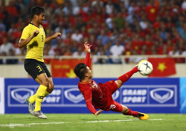 Quang Hải vô lê thành bàn giúp Việt Nam đánh bại Malaysia ở trận lượt đi trên sân Mỹ Đình. Ảnh: Lâm Thoả