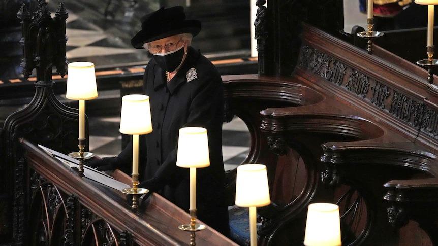 Nữ hoàng Anh Elizabeth II ngồi một mình lặng lẽ trong lễ tang phu quân tại nhà nguyện St. George hôm 17/4. Ảnh: AP