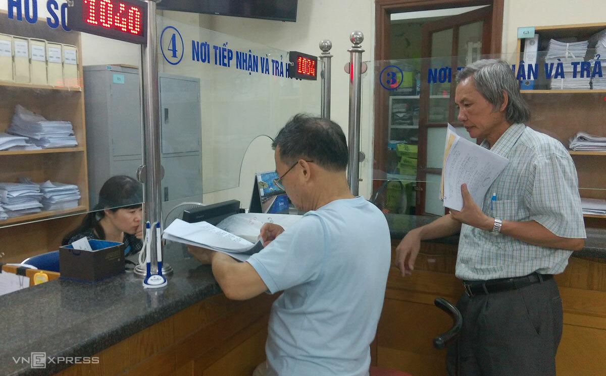 Người dân làm thủ tục tại cơ quan bảo hiểm xã hội Cầu Giấy, Hà Nội. Ảnh: Hoàng Phương