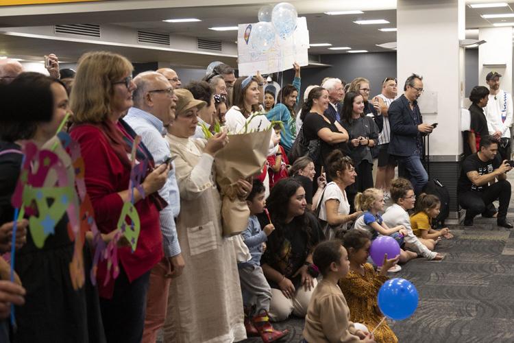 Các gia đình tập trung chờ đợi tại sân bay ở Wellington, New Zealand hôm nay. Ảnh: AFP.