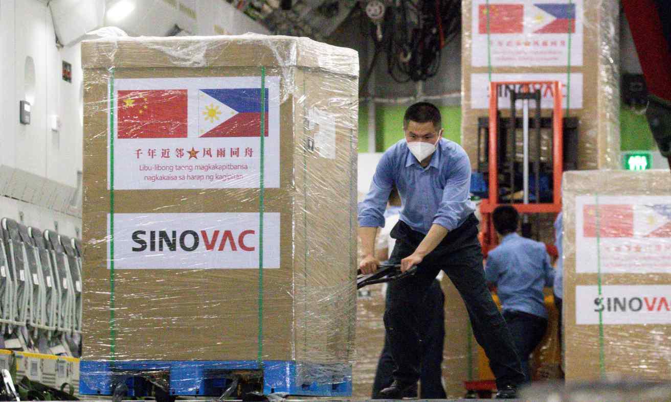 Các thùng vaccine Covid-19 từ công ty Sinovac của Trung Quốc tại căn cứ không quân Villamor, Philippines, hôm 28/2. Ảnh: Reuters.