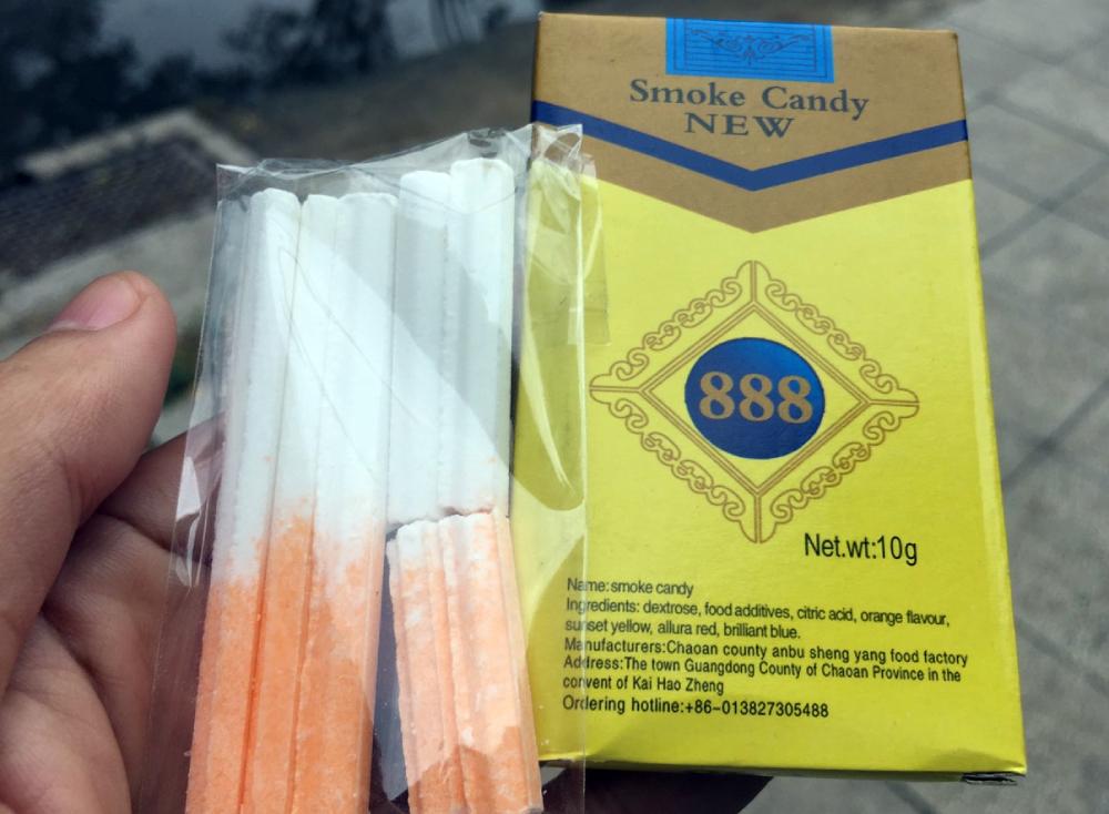 Một gói kẹo thuốc lá được bán trước cổng trường Tiểu học Nguyễn Văn Trỗi, TP Thủ Đức với giá 3.000 đồng. Ảnh: Mạnh Tùng.