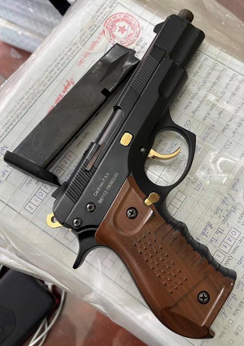Khẩu súng gây án được tìm thấy khi bắt giữ Hải tại TP HCM. Ảnh: Công an cung cấp