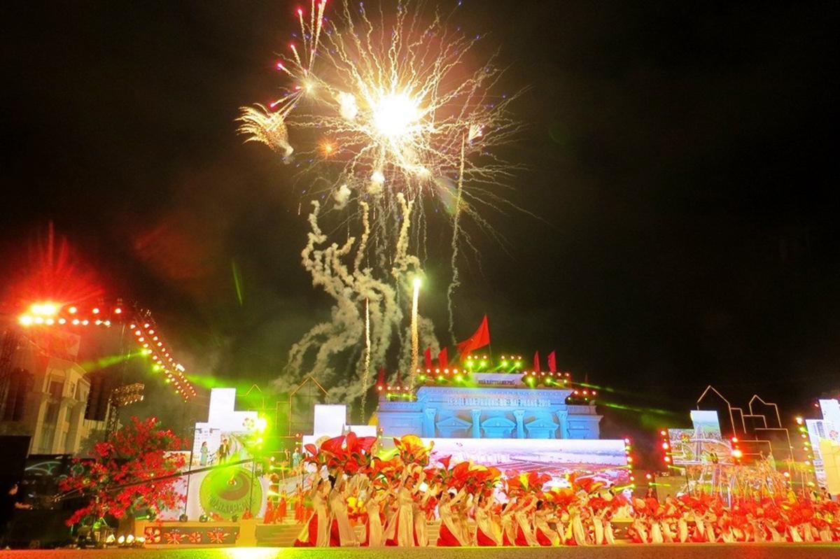 Chương trình nghệ thuật, bắn pháo hoa trong đêm diễn ra Lễ hội hoa phượng đỏ Hải Phòng năm 2016. Ảnh: Giang Chinh