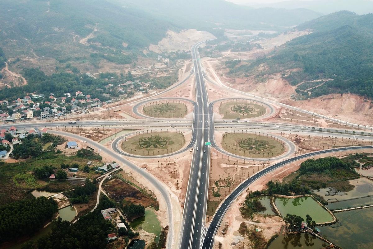 Một nút giao trên cao tốc Hạ Long - Vân Đồn. Ảnh: Minh Cương.