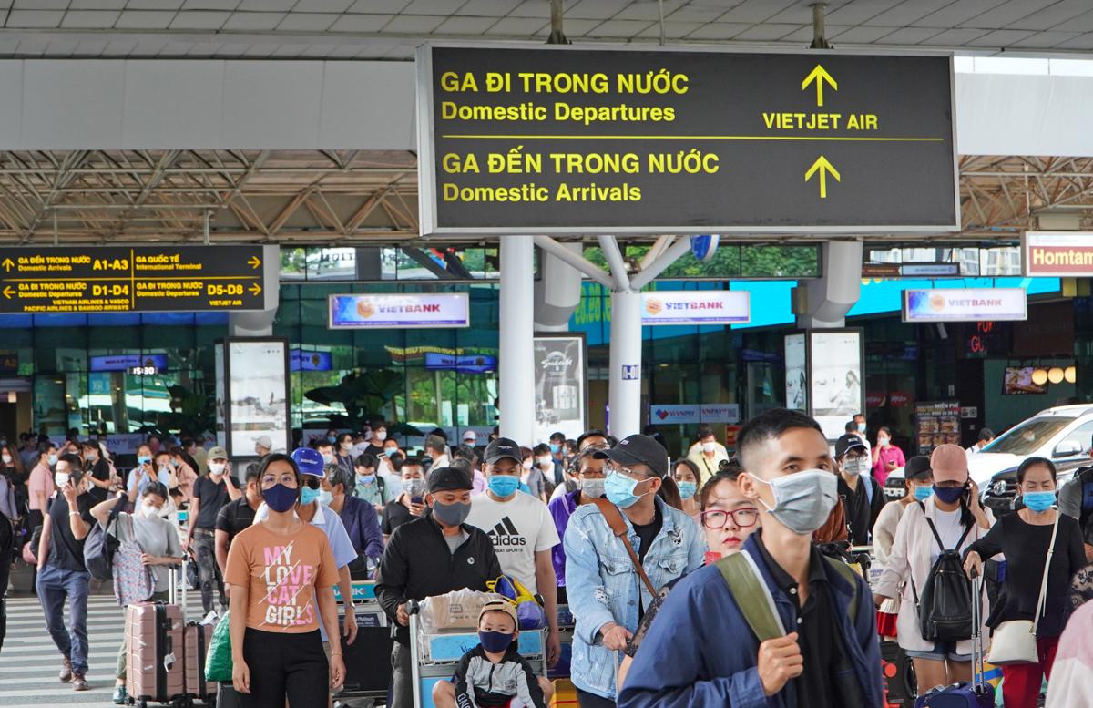 Khách từ ga trong nước rời sân bay Tân Sơn Nhất, chiều 19/4. Ảnh: Gia Minh.