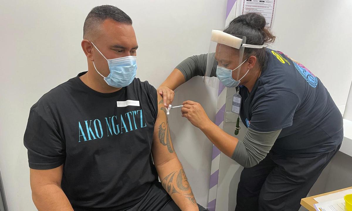 Nhân viên y tế tiêm vaccine ngừa Covid-19 cho một người đàn ông ở Auckland, New Zealand hôm 9/3. Ảnh: AP.