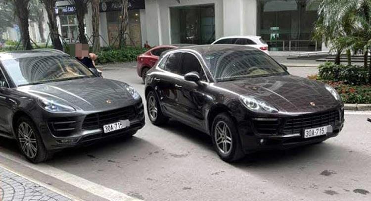Hai xe Porsche cùng biển số gặp nhau trên đường ở quận Hoàng Mai, Hà Nội. Ảnh: Xuân Tới