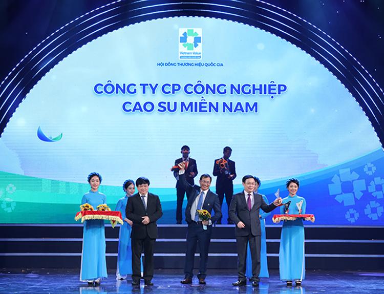 Ông Phạm Hồng Phú (đứng giữa), Tổng Giám đốc Casumina nhận biểu trưng Thương hiệu Quốc gia lần thứ 7 hồi tháng 11/ 2020.