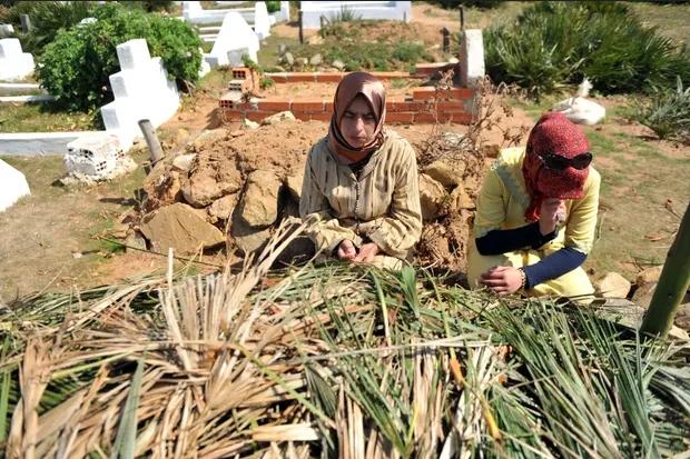 Mẹ (trái) và chị gái của Amina Filali, cô bé 16 tuổi tự tử tại Morocco vào năm 2012 sau khi bị ép cưới kẻ hiếp dâm. Ảnh: AFP.