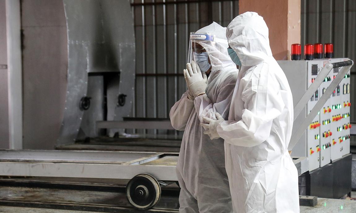 Gia đình các nạn nhân Covid-19 tại lò hỏa táng Nigambodh Ghat, New Delhi, Ấn Độ, hôm 13/4. Ảnh: Reuters.